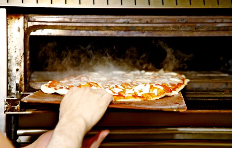 How to clean the pizza oven correctly